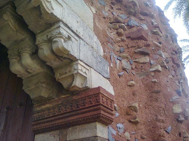Pillars in Humayun Tomd.jpg