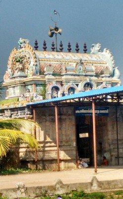 Shiva Linga in thiruneelakkudi temple absorbs oil.image