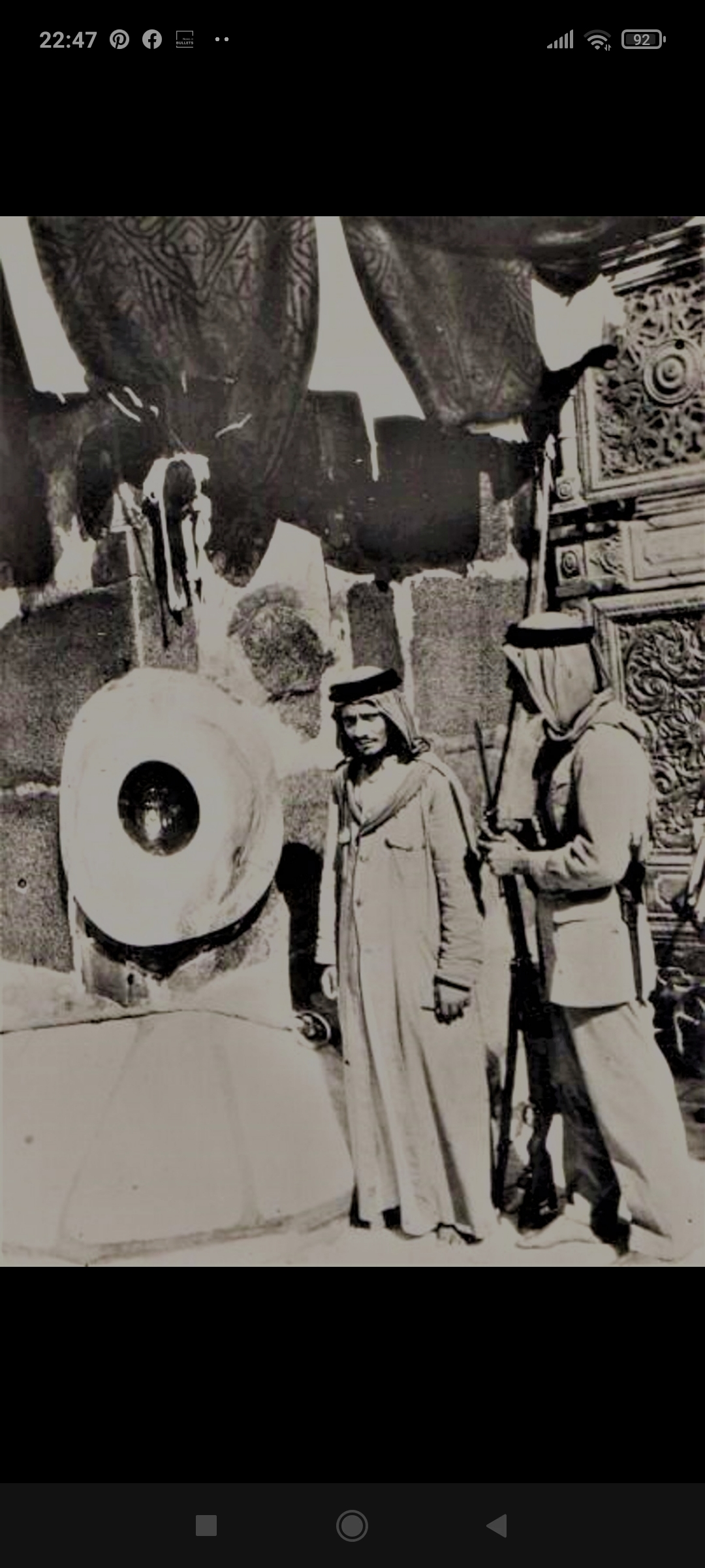 An old image of Kaaba, that had pillars whose designs remind you of Hindu temple pillars